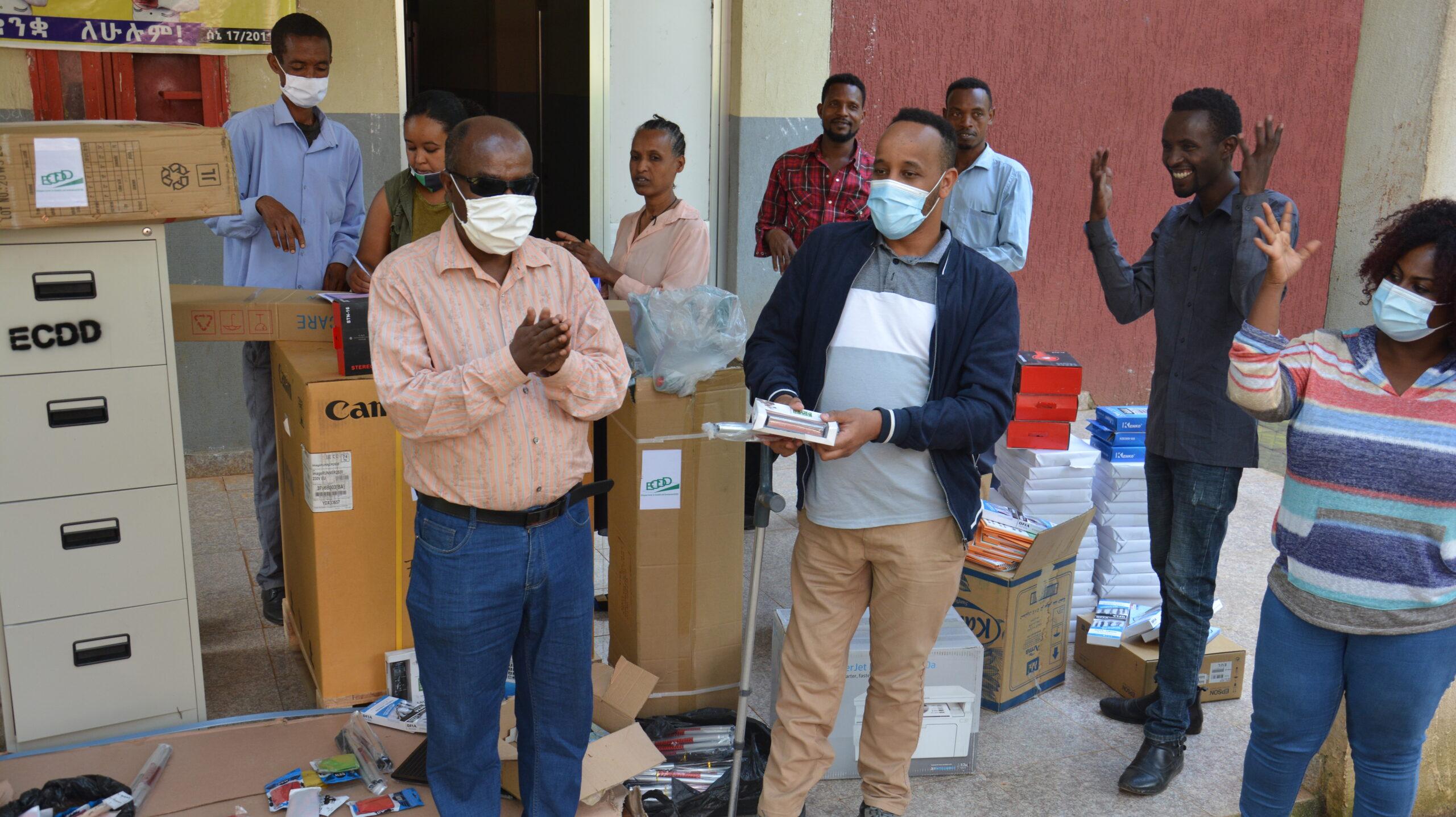 Apuvälineitä annetaan vammaispalvelukeskukseen Etiopiassa